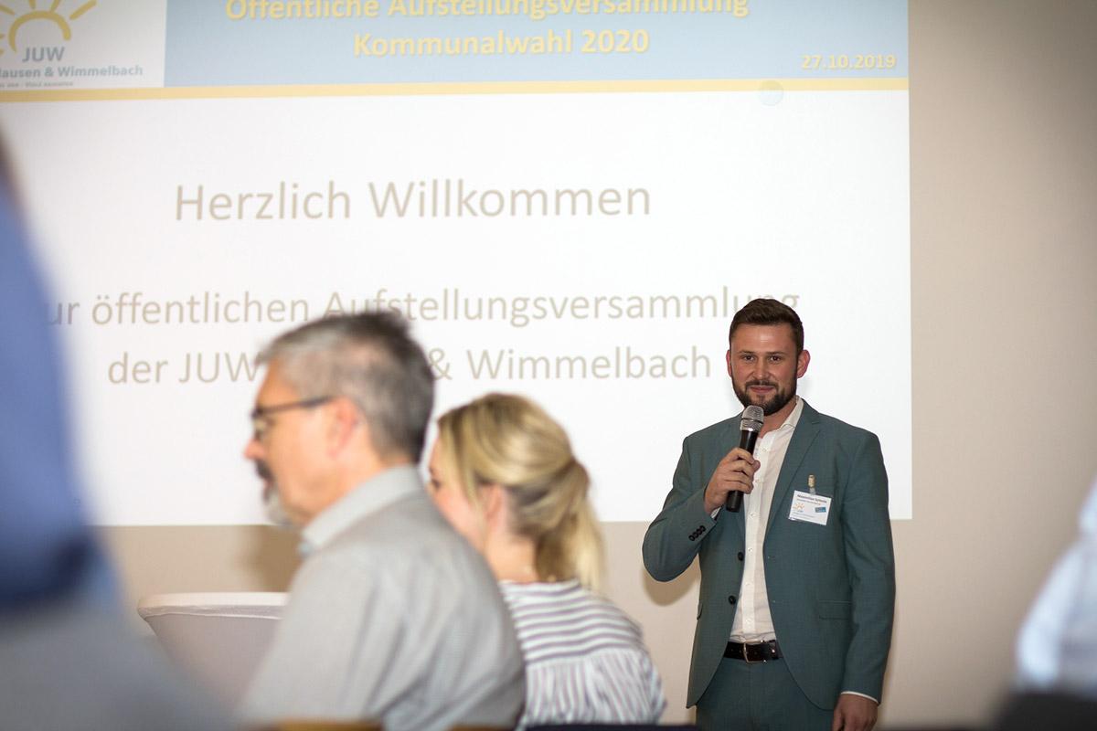 Maximilian Schmitt bei der Begrüßung der Anwesenden